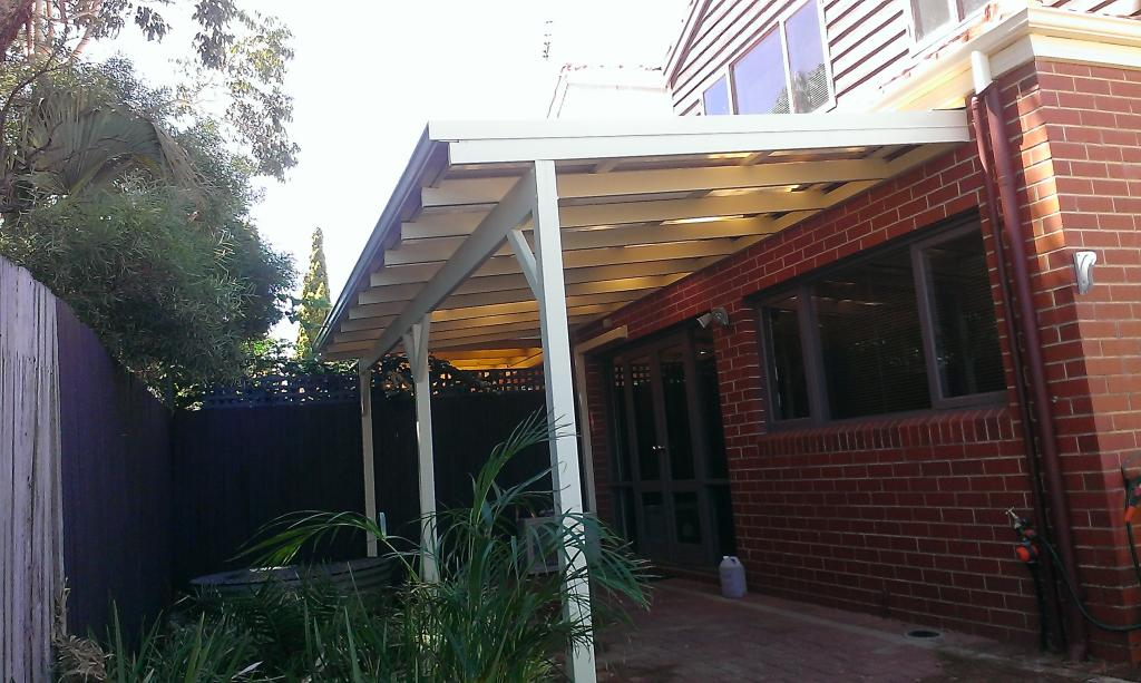 how to build a flat pergola roof