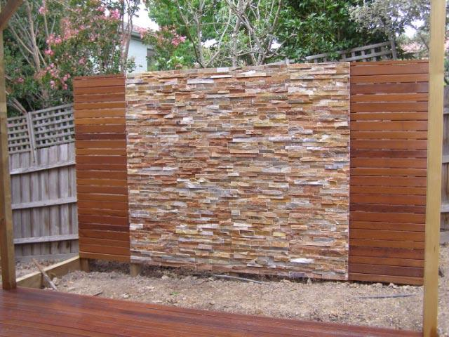 Feature walls galleries deckscape for Outdoor feature wall ideas