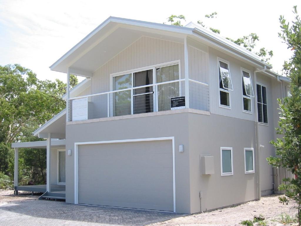Garage door paint designs - Facade Exteriors Baywinds Beach House Sydney Design Group Pty