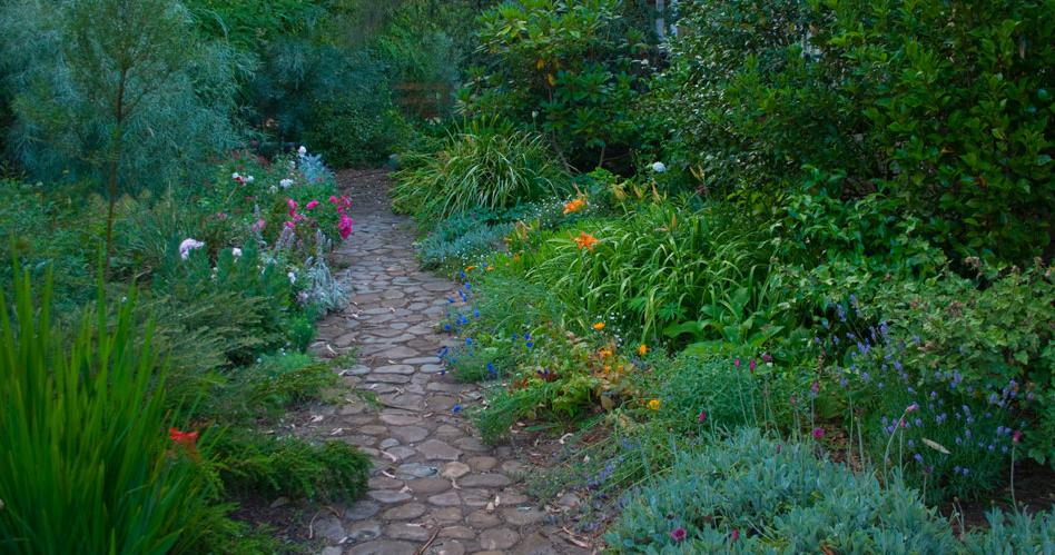 Get inspired by photos of gardens from australian for Australian country garden design